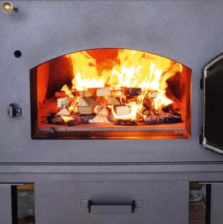 Розжиг дровяной печи для хлеба